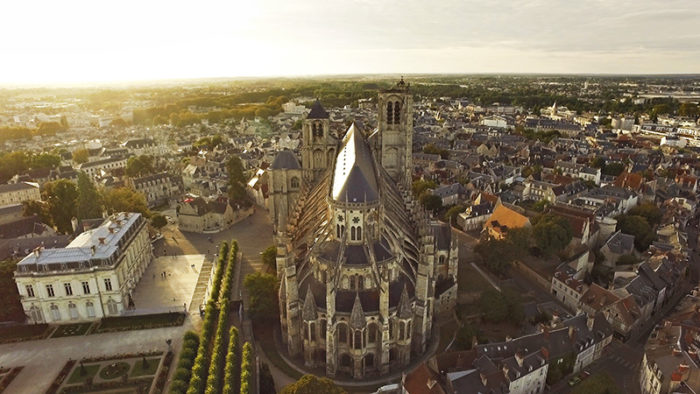 https://schoen1952.fr/wp-content/uploads/2018/06/cathedrale-de-bourges-2-700x394.jpg